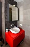 Łazienka w tonacji szaro - czerwonej.