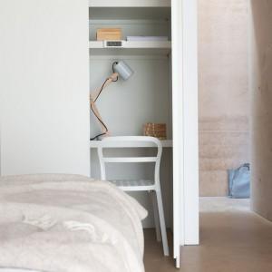 Jasne płaszczyzny mebli dobrze komponują się z naturalnymi kolorami. Na ścianie wprowadzono fakturę, która urozmaica gładką powierzchnię.Fot. Dulux.