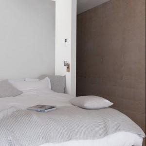 Jednakowy, naturalny kolor na ścianie i suficie dobrze sprawdza się w wysokich pomieszczeniach. Fot. Dulux.
