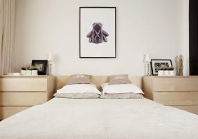 Przytulna, minimalistyczna sypialnia w jasnej tonacji.
