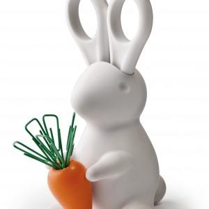 Zabawny króliczek marki Qualy rozweseli biurko w pokoju dziecka. Uszy królika to tak naprawdę nożyczki, a w marchewce trzymanej przez zwierzątko można zatknąć spinacze. Fot. Czerwona Maszyna.