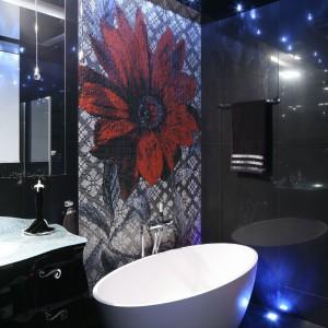 Czerwony kwiat, wykonany z mozaiki, wprowadza do łazienki zdominowanej przez kolor czarny, ciekawy kontrast. Wygląda bardzo efektownie. Fot. Bartosz Jarosz.