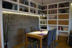 Salon z ceglaną ścianą.