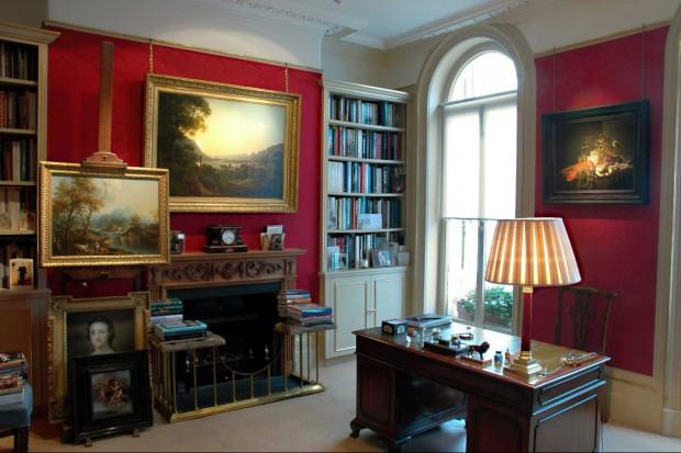 Domowa galeria to doskonały sposób na nadanie gabinetowi indywidualnego charakteru i podkreślenie osobowości jego gospodarza. Zawieszone na ścianie obrazy czy zdjęcia nie tylko przywołają miłe wspomnienia, ale też będą przykuwały uw