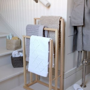 Drewniany stojak na ręczniki. Fot. Housetohome.