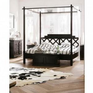 Ciemne, masywne łóżko Cabana Sky. Cena od 3.989 zł.Fot.Kare design /  9design.pl.