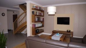 Mieszkanie o pow. 97 m2 znajdujące się w bloku w Sieradzu. Zostało urządzone w beżowo-brązowych kolorach w stylu klasycznym z elementami stylu nowoczesnego. Jest to  bardzo przytulne i przyjazne wnętrze.