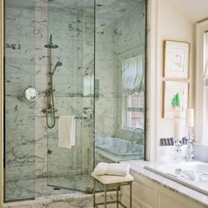 Dom w Lake Forest. Kabina wyłożona marmurem, podłoga kamienną mozaiką. Armatura prysznicowa Perrin&Rowe. Fot. Eric Piasecki.
