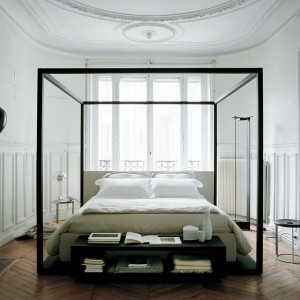 Łóżko Alcova o prostej formie. Proj. Antonio Citterio. Fot.B&B Italia.