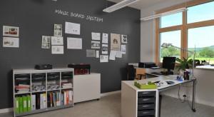 Ściany w gabinecie z reguły są miejscem ekspozycji obrazów lub oprawionych w ramkę zdjęć. Można im jednak nadać bardziej biznesową funkcję, zamieniając w wielką tablicę magnetyczną.