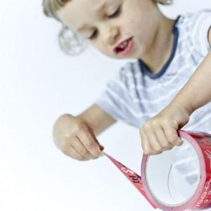 Kreatywna taśma klejąca przeznaczona do sklejania, pakowania oraz dekorowania. Można nią obklejać pudła, kosze, zeszyty czy inne przedmioty. Idealna na upominek lub do pakowania prezentów. Projekt: dzieci w wieku przedszkolnym, DADA Warsztat Dziecięcej Twórczości. Fot. Kafti Design.