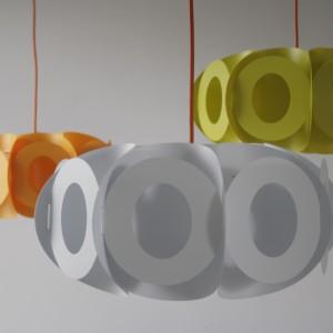 Oval to lekka forma oparta na owalnych, organicznych kształtach. Abażur nadaje się do lampy stojącej lub wiszącej. Materiał: abażur - polipropylen, elementy konstrukcyjny – poliwęglan. Dostępne kolory: biały, lemonka, oberżyna, różowy, pomarańczowy, czerwony. Fot. Kafti Design.