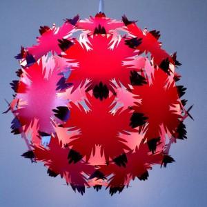Dająca rozproszone światło i ciekawy cień Estrela to lampa wpasowująca się doskonale w proste, nowoczesne wnętrza. Materiał: abażur – polipropylen.  Dostępne kolory: biały, oberżyna. Fot. Kafti Design.