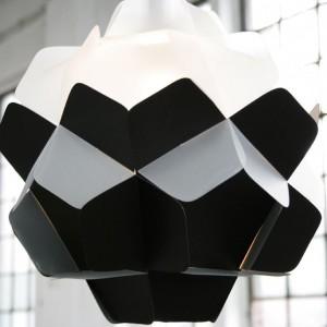 """Abażur Berga. Słowo to w dialekcie śląskim znaczy """"bryła"""". Jego urok kryje się w topornych kształtach, tworzących spójną formę. Materiał: polipropylen. Dostępne kolory: czarno - mleczny, biało – mleczny. Fot. Kafti Design."""