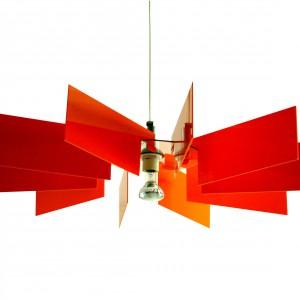 Abażur Al-verd inspirowany jest industrialnym krajobrazem. Czarne ramiona abażuru kojarzą się z szybem kopalnianym. Materiał: ramiona - pmma (plexi), element konstrukcyjny – poliwęglan. Dostępne kolory: biały, czarny, czerwony, żółty i pomarańczowy. Fot. Kafti Design.