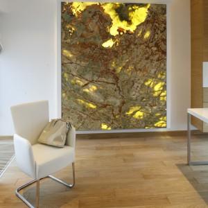 Dekoracyjna ściana z kamienia podkreśla luksusowy charakter domowego biura. Fot. Bartosz Jarosz.