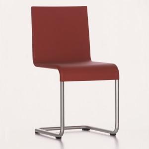 Krzesło Master marki Vitra w ciemnym odcieniu czerwieni. Fot. Vitra.