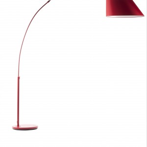Elegancka lampa podłogowa Arc red marki Zuiver. Fot. Czerwona Maszyna.