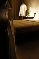 W sypialni panuje styl nowoczesny w połączeniu z romantycznym detalem. Naturalne kolory ziemi – beże i brązy doskonale wyciszą umysł. W takiej sypialni chętnie zakończymy miniony i powitamy nadchodzący dzień.