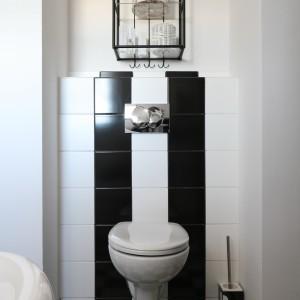 """Czarno - biały wzór, z podłogi, pasami """"wspina się"""" na zabudowę stelaża wc. Fot. Bartosz Jarosz"""