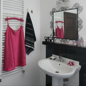 Delikatna forma ramy lustra dodaje wdzięku kobiecemu wnętrzu. Fot. Bartosz Jarosz