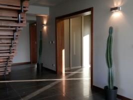 Hall z drewnianymi schodami.