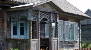 Na Podlasiuzachowało się sporo XX-wiecznej drewnianej architektury wiejskiej. Zdobnictwo elewacji jest bardzo charakterystyczne tylko dla tego regionu.