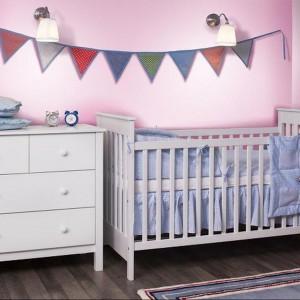 Klasyczne łóżeczko niemowlęce z kolekcji White, wykonane z lakierowanego MDF oraz drewna sosnowego. Cena: 850 zł, sprzedaż: My Room.