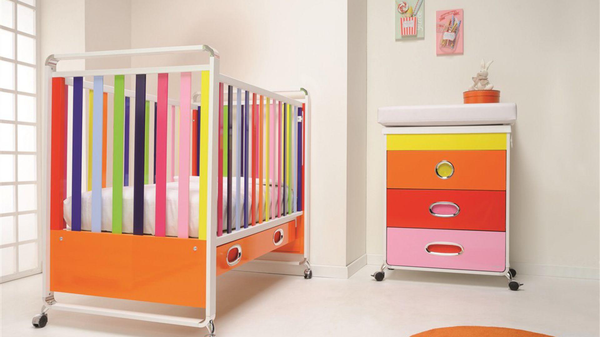 Kolorowe łóżeczko na kółkach z kolekcji Ginger marki Fopapedretti. Cena: 4.600 zł, sprzedaż: fopahopa.pl.