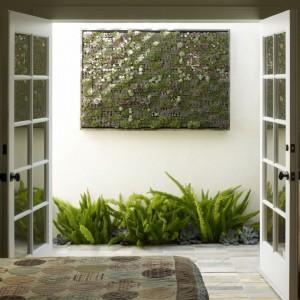 Mini ogród w sypialni. W posadzce stworzono prostokątny otwór wypełniony ziemią, w którym zasadzono roślinność. Fot. Homesdir.