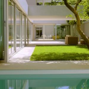 Ogród w wewnętrznym dziedzińcu, tzw. patio. Fot. Hometrendesign.