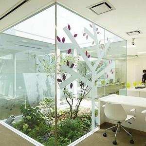 Swoiste terrarium w przestrzeni biurowej. Od razu praca idzie lżej! Fot. Hotstyledesign.