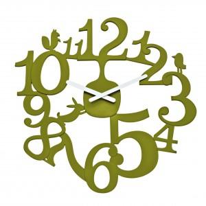 Zegar marki Koziol z cyferkami w kolorze drzew, na których skaczą leśne zwierzęta. Cena: 175 zł, sprzedaż: Fide.pl.