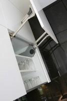 We frontach szafek górnych zainstalowano system wspomagania otwierania Servo-Drive firmy Blum, dzięki czemu można je otwierać i zamykać jedynie przez delikatne naciśnięcie. Fot. Bartosz Jarosz.