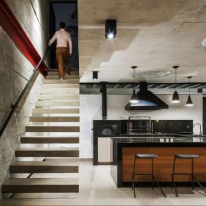 Betonowe ściany w surowym industrialnym wnętrzu. Proj. wnętrza i fot. Flavio Castro Studio, Brazylia.