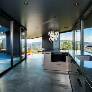 Surowa przestrzeń dzienna z panoramicznymi oknami. Fot. Marc Angeles.
