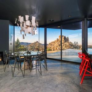 Jadalnia i półwysep kuchenny z krzesłami projektu Konstantina Grcica. Fot. Marc Angeles.