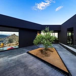 Wewnętrzy dziedziniec - serce domu, z którego przechodzi się do poszczególnych pomieszczeń. Fot. Marc Angeles.