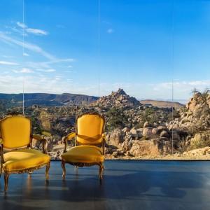 Taras z kolorowymi krzesłami-ludwikami. Fot. Marc Angeles.