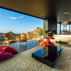 Z pokoju dziennego otwiera się piękny widok na pustynny krajobraz. Fot. Marc Angeles.