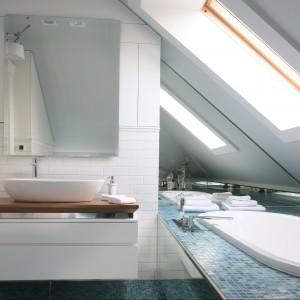 W łazience również powtórzono układ cegieł w sposobie montażu białych płytek ceramicznych. Wymiary lustra i szafki podumywalkowej dostosowane zostały do ściany, na której je zamontowano. Wyposażenie: płytki ceramiczne Tubądzin Zień, umywalka Ideal Standard. Fot. Bartosz Jarosz
