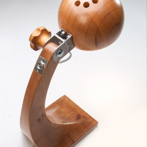 Lampka na biurko Woobik została wykonana z drewna i stali kwasoodpornej.  Klosz jest wytoczony ze sklejonego bloku drewna a korpus ręcznie modelowany. Przegub ze stali umożliwia wygodne kierowanie strumieniem światła. Cena: 880 zł, sprzedaż: deco24.pl.