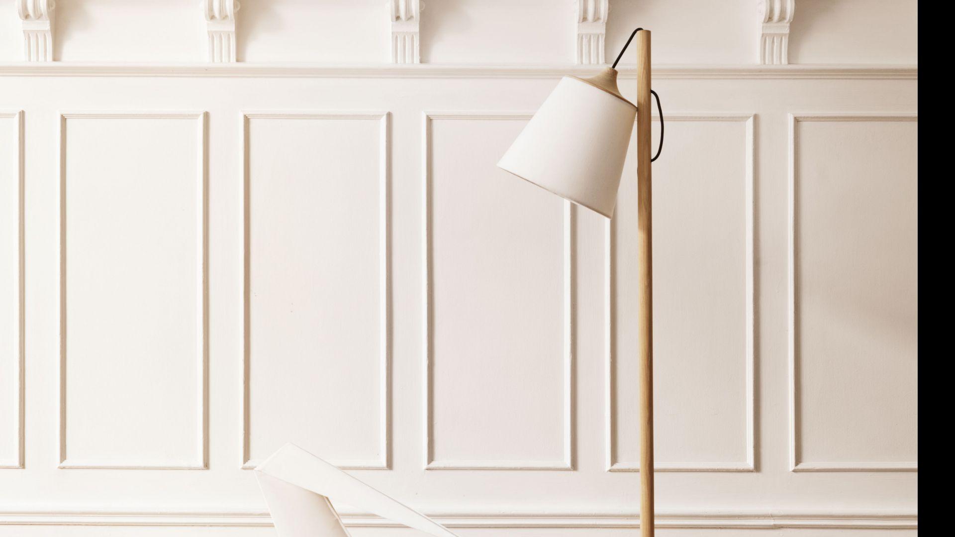 Lampa Pull to typowy przedstawiciel skandynawskiego wzornictwa. Kabel lampy częściowo ukryty w nodze i bazie lampy umożliwia regulację pozycji klosza. Wystarczy jednym ruchem pociągnąć za kabel by zmienić kąt padania światła i charakter całej lampy. Cena: ok. 1.600 zł, sprzedaż: Atakdesign.pl.