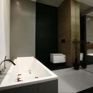 Mit, że ciemna łazienka optycznie zmniejsza przestrzeń, można śmiało uznać za obalony. Ta łazienka jest tego doskonałym przykładem. Fot. Marcin Onufryjuk.