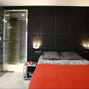 Łóżko - projekt własny, podest z płyty OSB, wyłożony po bokach wykładziną dywanową, wykładzina antyalergiczna Vorwerk. Fot. Marcin Onufryjuk.