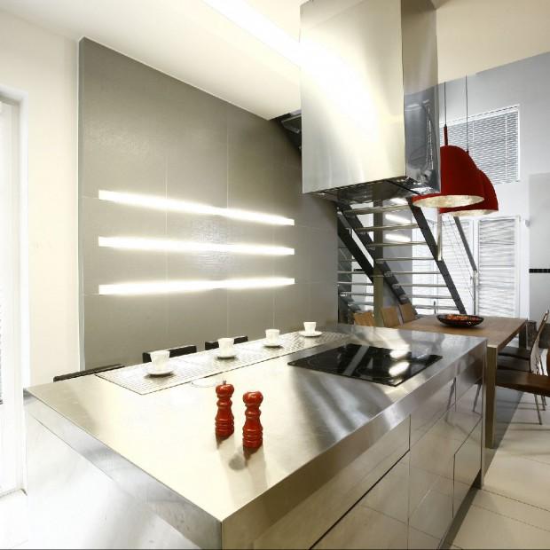 Stalowa kuchnia i industrialny salon. Dom w stylu loft