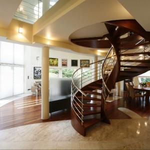Piękne drewniane schody to prawdziwe centrum domu. Fot. Marcin Onufryjuk.