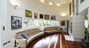 W domu zaprojektowanym na kolistym planie, z okrągłymi oknami zdobiącymi elewację, również i salon mógł przybrać jedyną słuszną formę. Koło to przecieżfigura idealna!