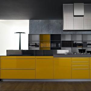 Zabudowa kuchenna Multiline, której fronty wykonano z laminatu odpornego na wodę, wilgoć i ciepło. Dostępne są w 32 różnych kolorach i wykończeniach (matowe i błyszczące). Żółte wprowadzą do każdej kuchni radosną, pogodną atmosferę. Wycena indywidualna, Valcucine.