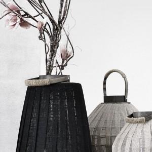 Lampion wykonany z ciemnej tkaniny, dostępny w dwóch rozmiarach - wysokość 43 lub 52 cm. Fot. Nordal / Loftbar.pl.
